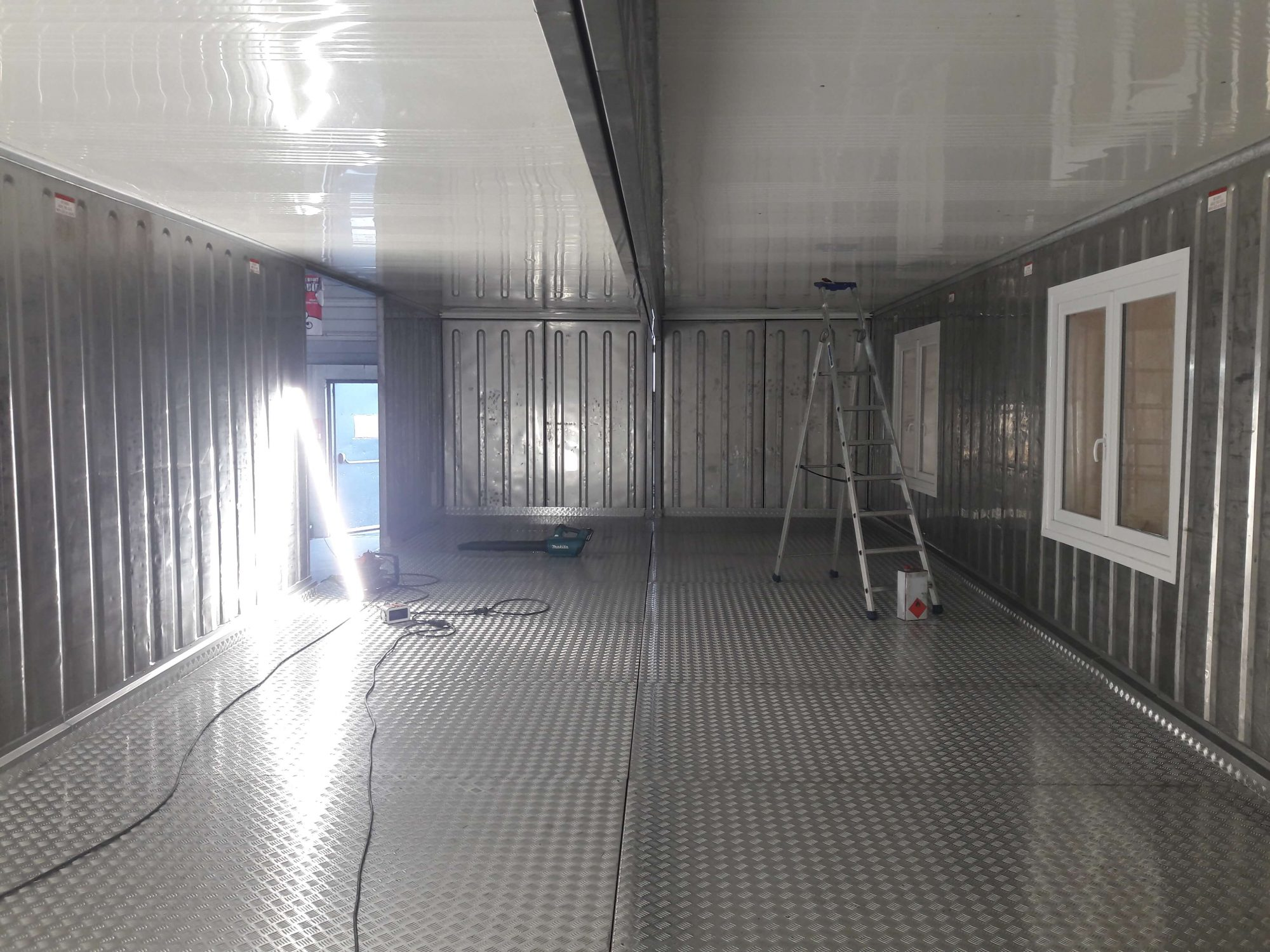 container-amenage-laboratoire-frigo